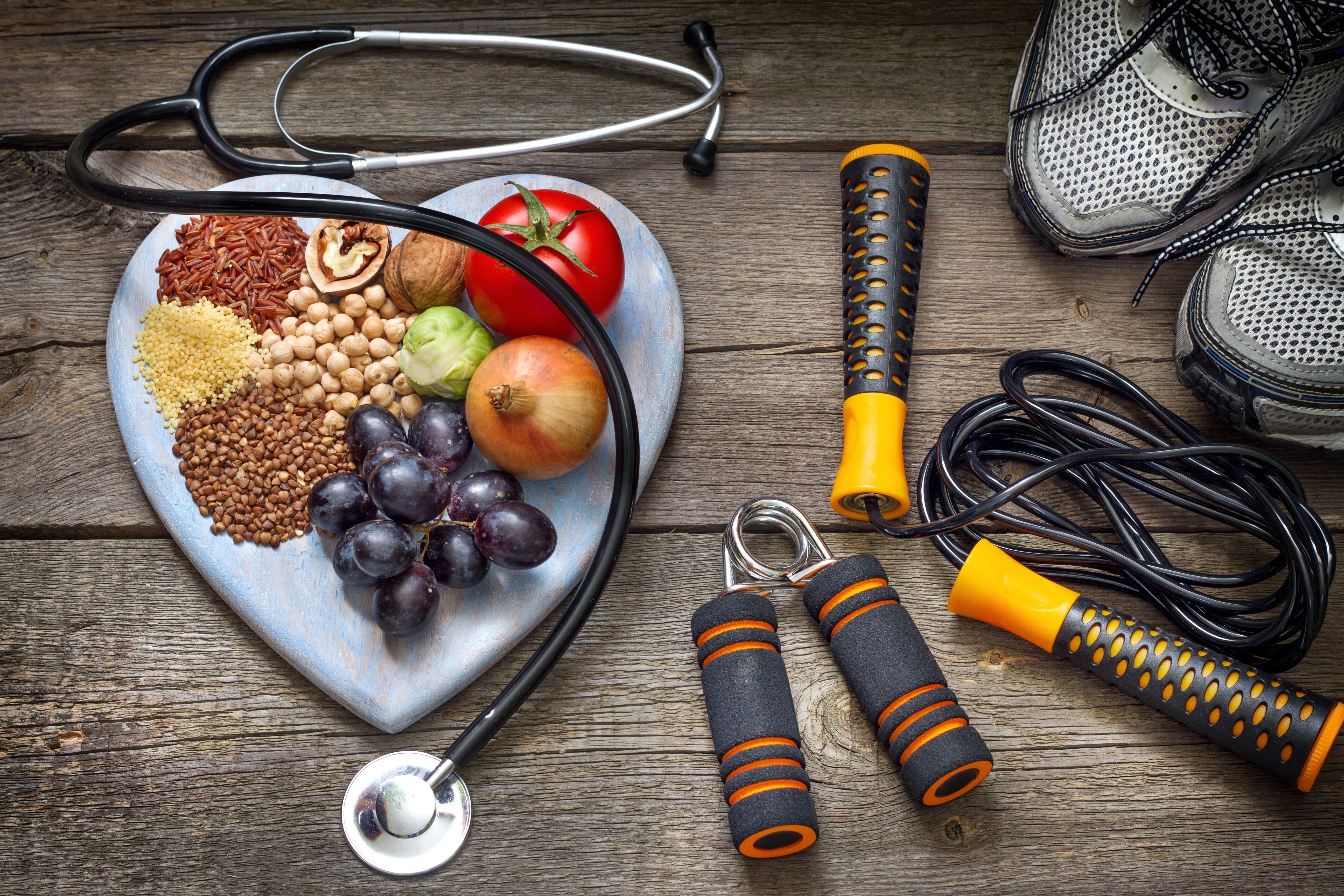 Foto de um prato de alimentos saudáveis, ajuda de um profissional capacitado e exercício físico que são 3 elementos fundamentais para quem quer iniciar e abrir uma clínica de nutrição