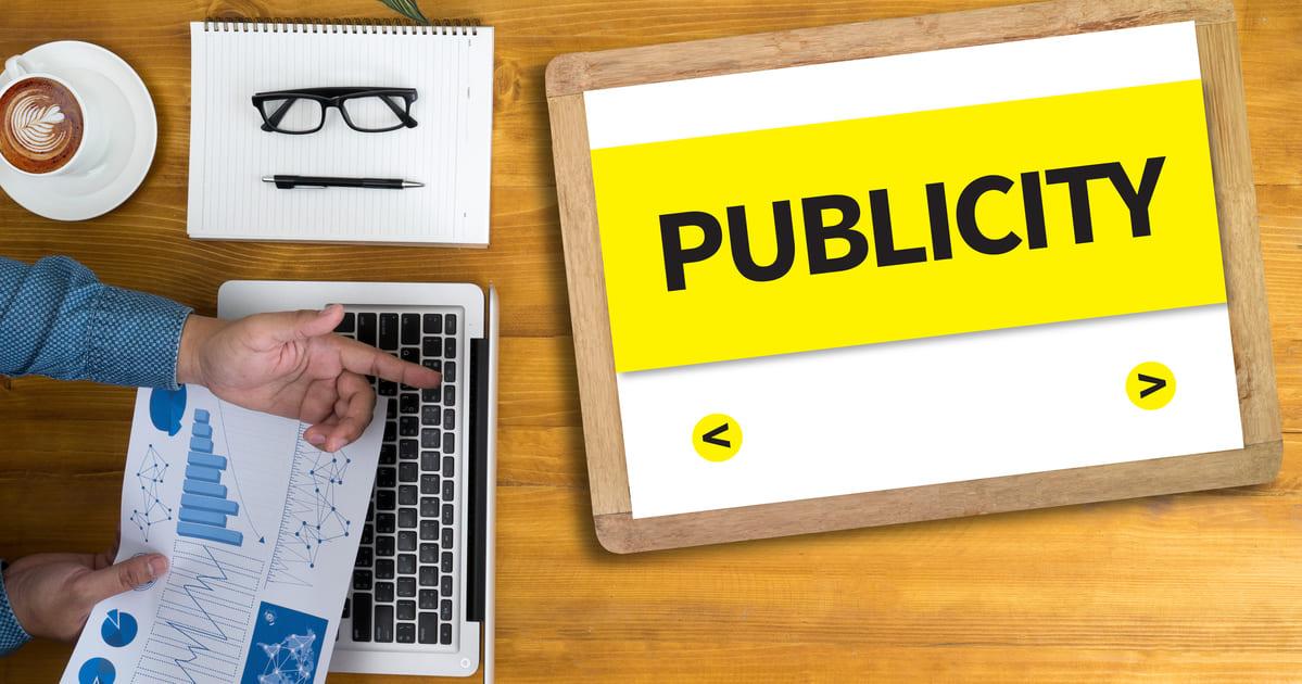Imagem de uma mesa com um tablet grande mencionando a palavra publicidade para quem deseja abrir uma agência de publicidade