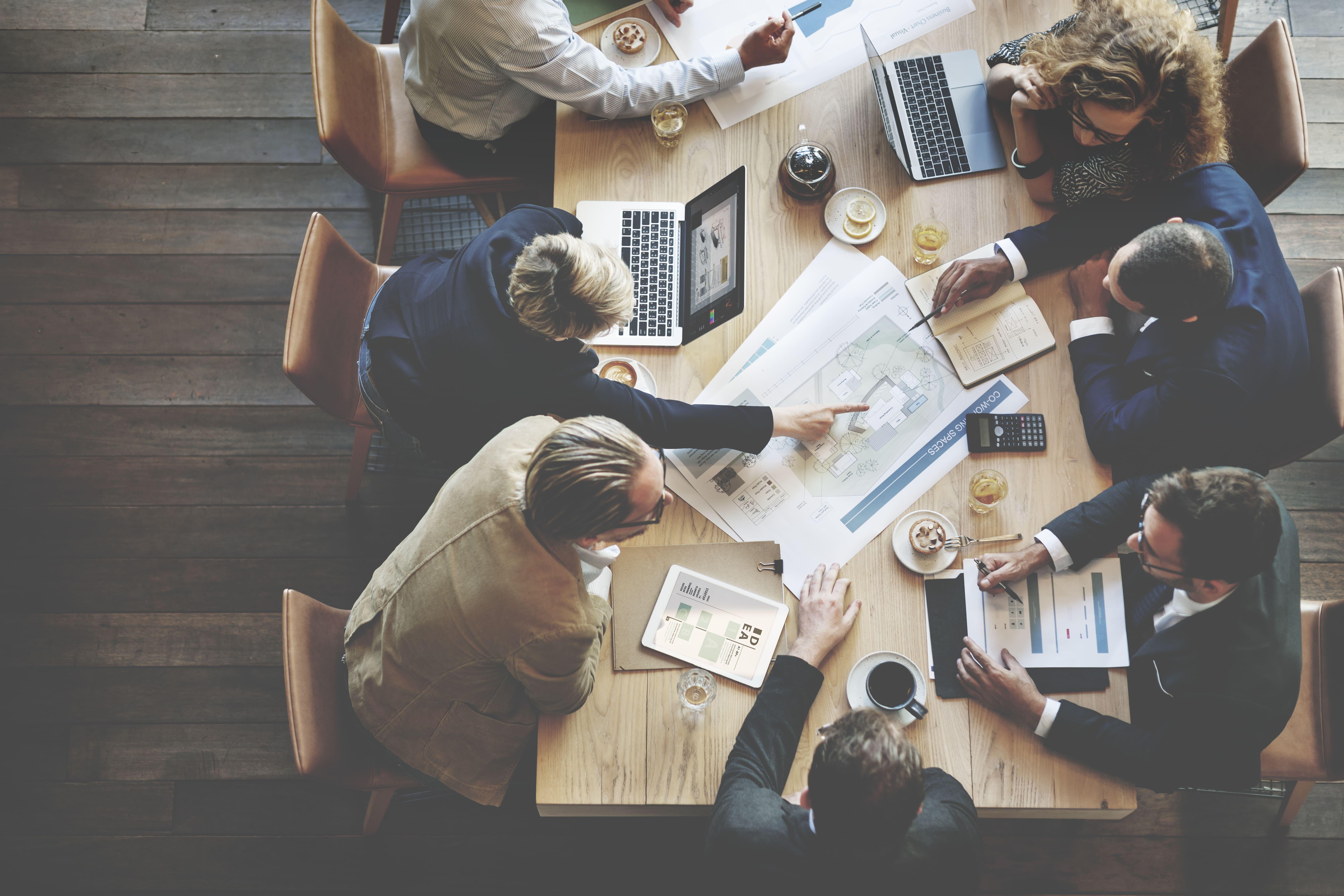 Imagem de 6 pessoas elaborando um plano de negócio depois que pesquisaram como empreender em Roseira