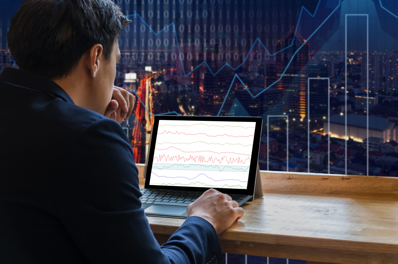 Imagem de um contador procurando na internet qual a diferença entre patrimônio social e capital social
