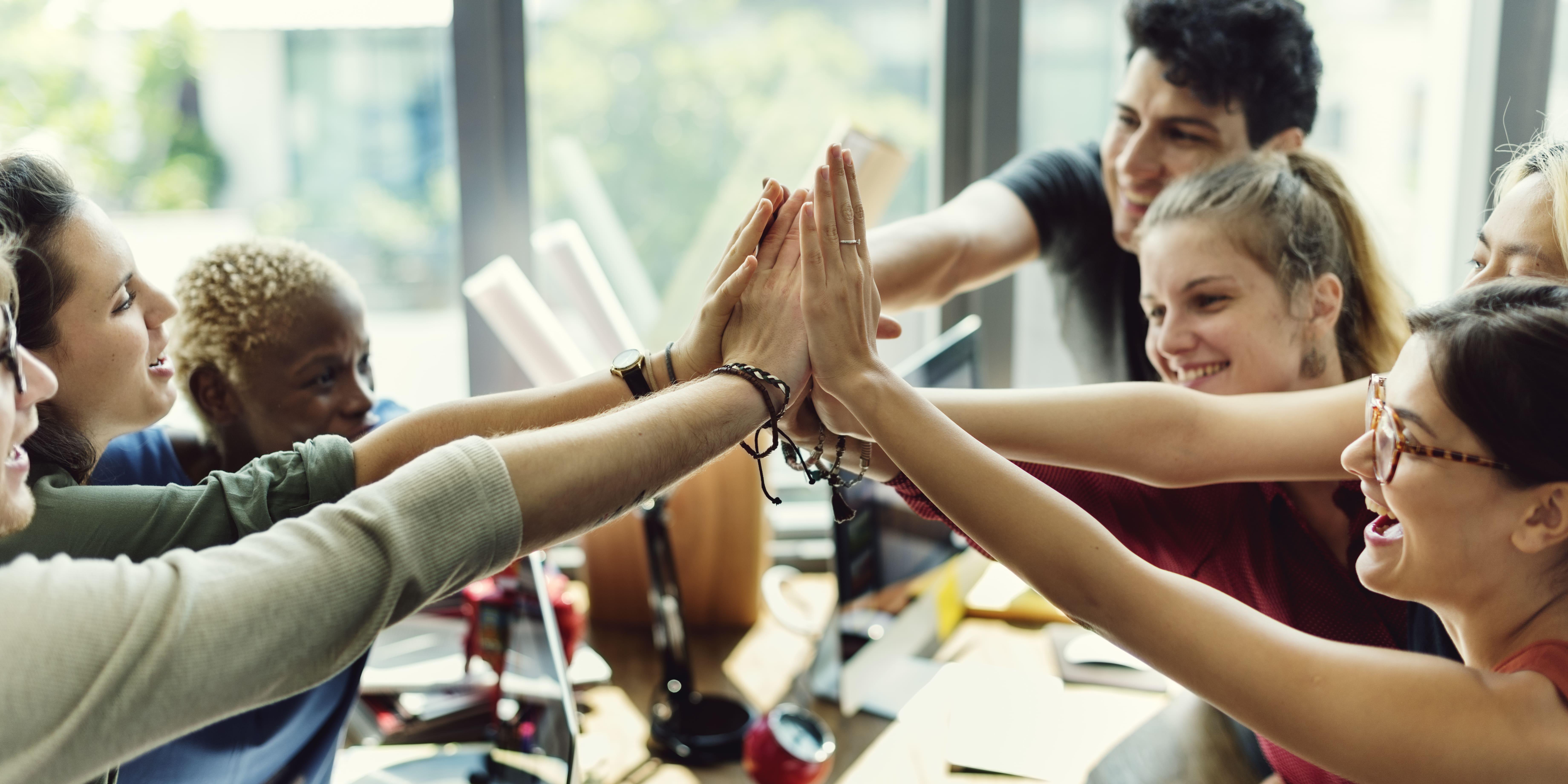Imagem de um grupo de pessoas comemorando os bons resultados depois que implementaram a estratégia de gestão de pessoas