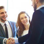 Imagem de 3 pessoas fechando negócio para empreender em são gonçalo