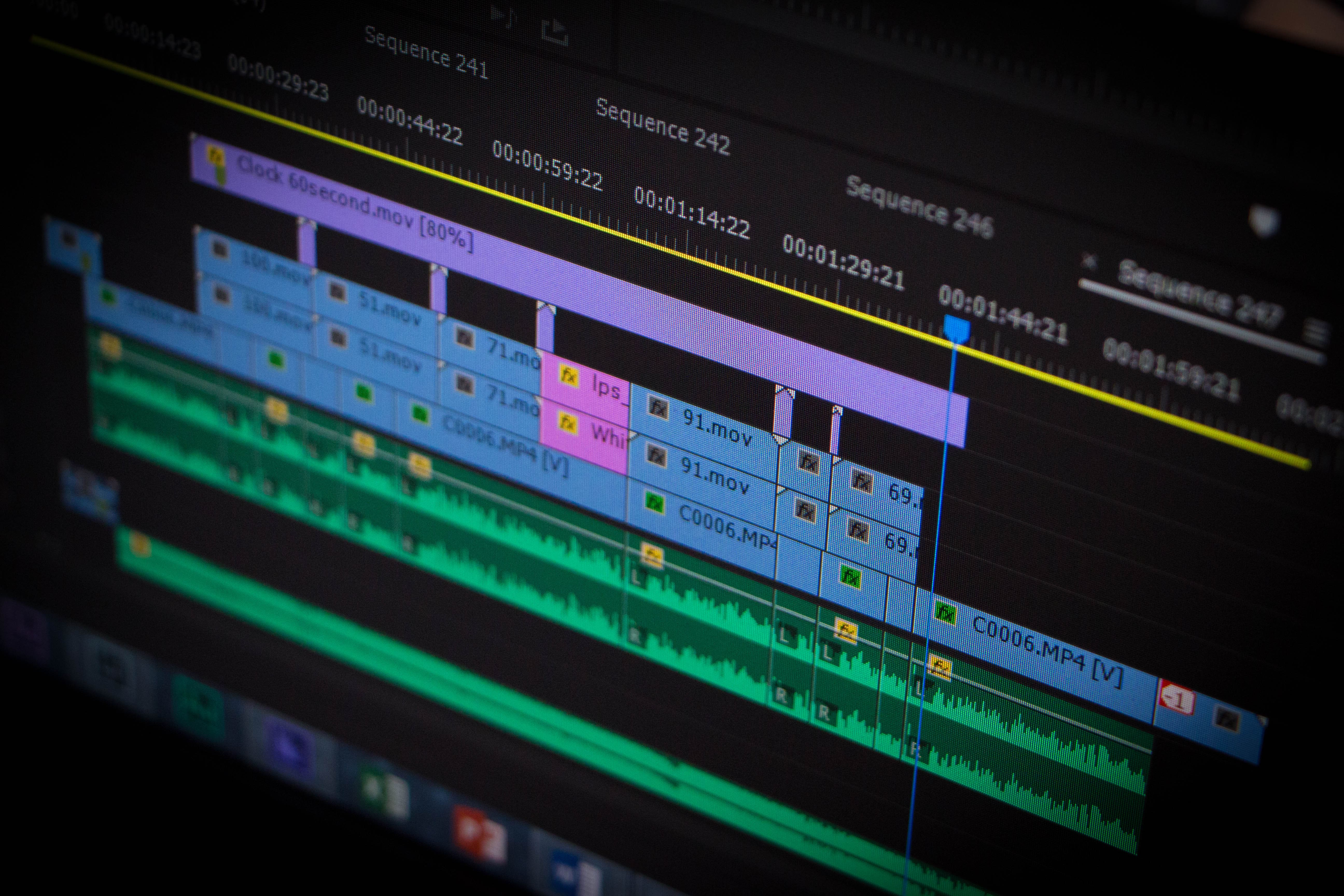 Imagem de uma pessoa editando vários takes para inspirar o profissional a montar um serviço de edição de vídeo