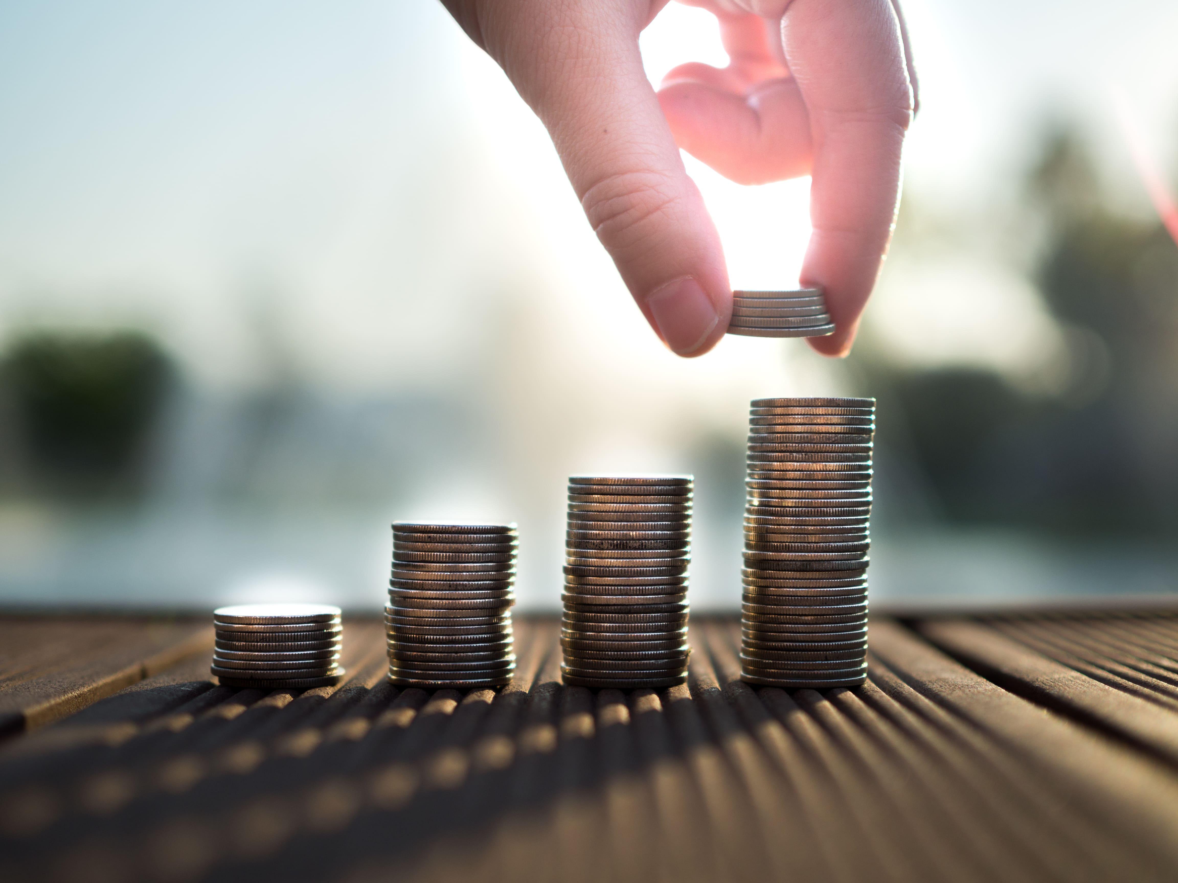 Imagem de moedas representando os bens dos órgãos públicos na contabilidade pública