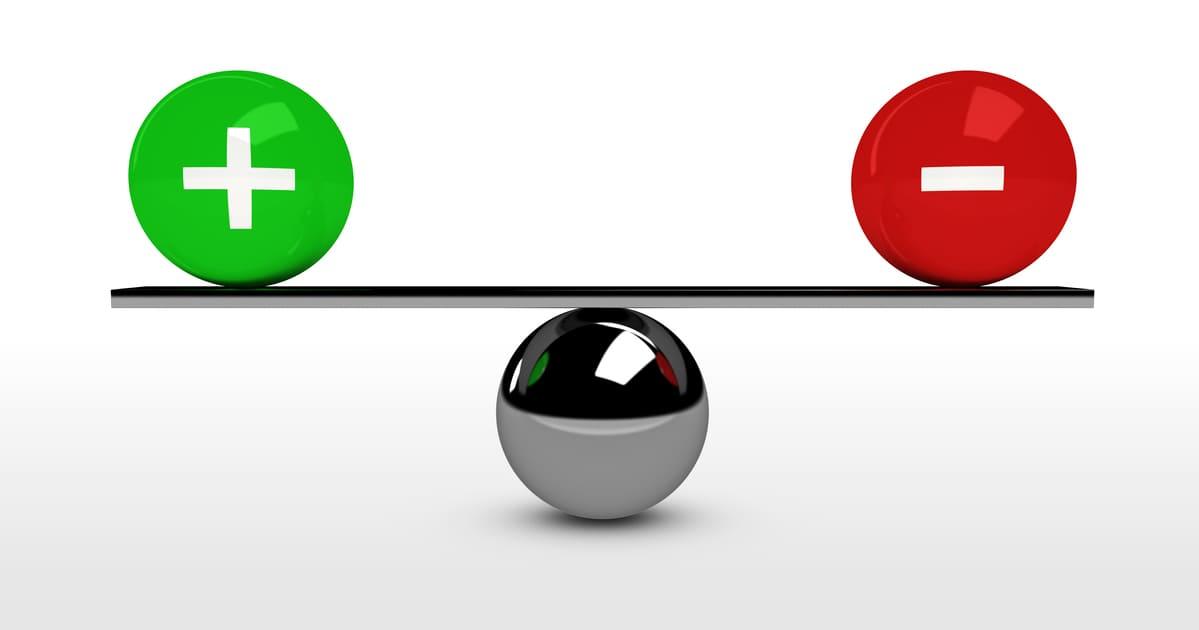 Foto de uma balança que mostra o equilíbrio entre as entradas e saídas para que a empresa não feche o mês negativo