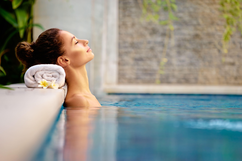 Imagem de uma mulher relaxando na piscina de um SPA depois que um empreendedor viu a matéria e resolveu abrir um SPA urbano