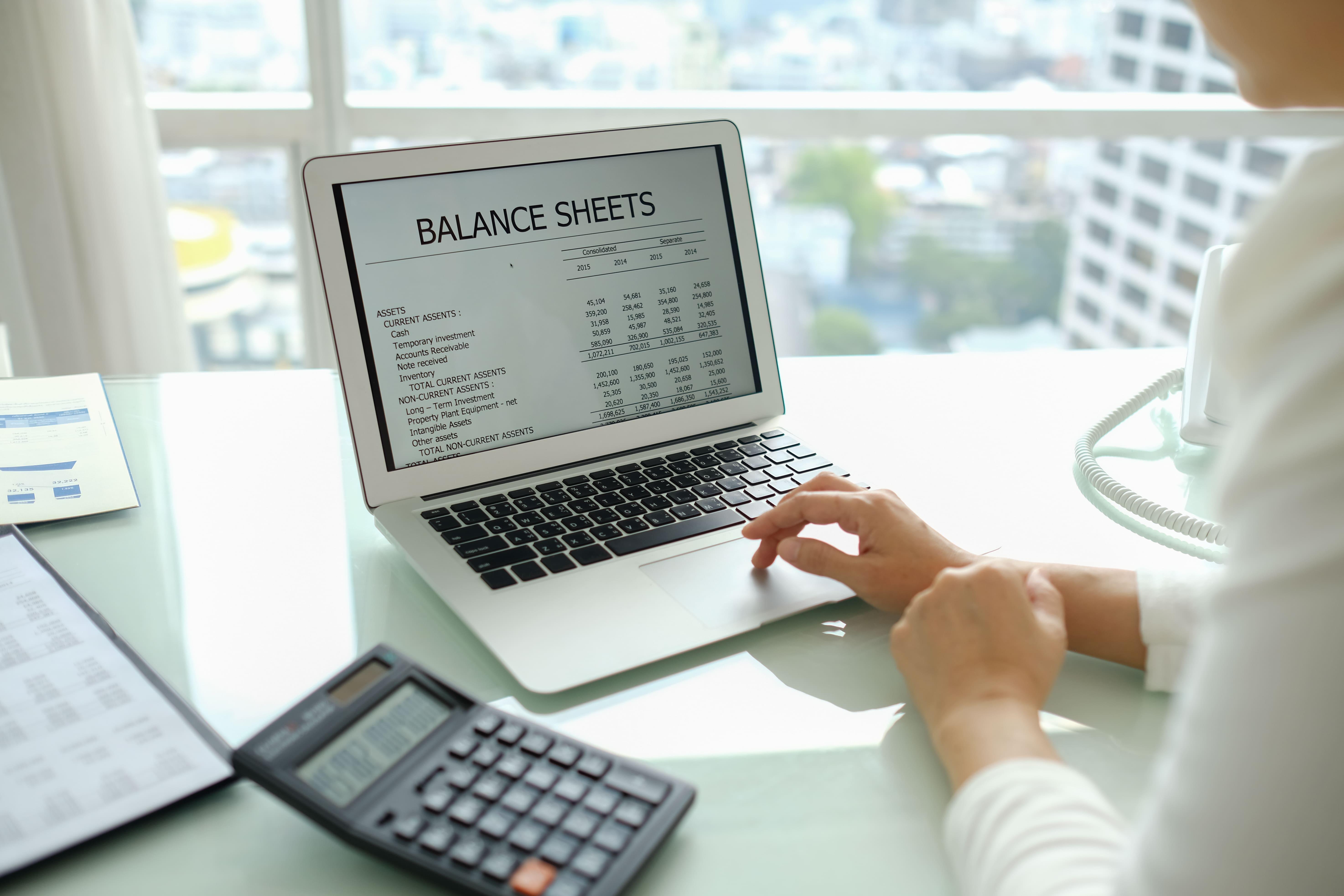 Imagem de uma pessoa fazendo a planilha de balanço usando algum dos programas contábeis