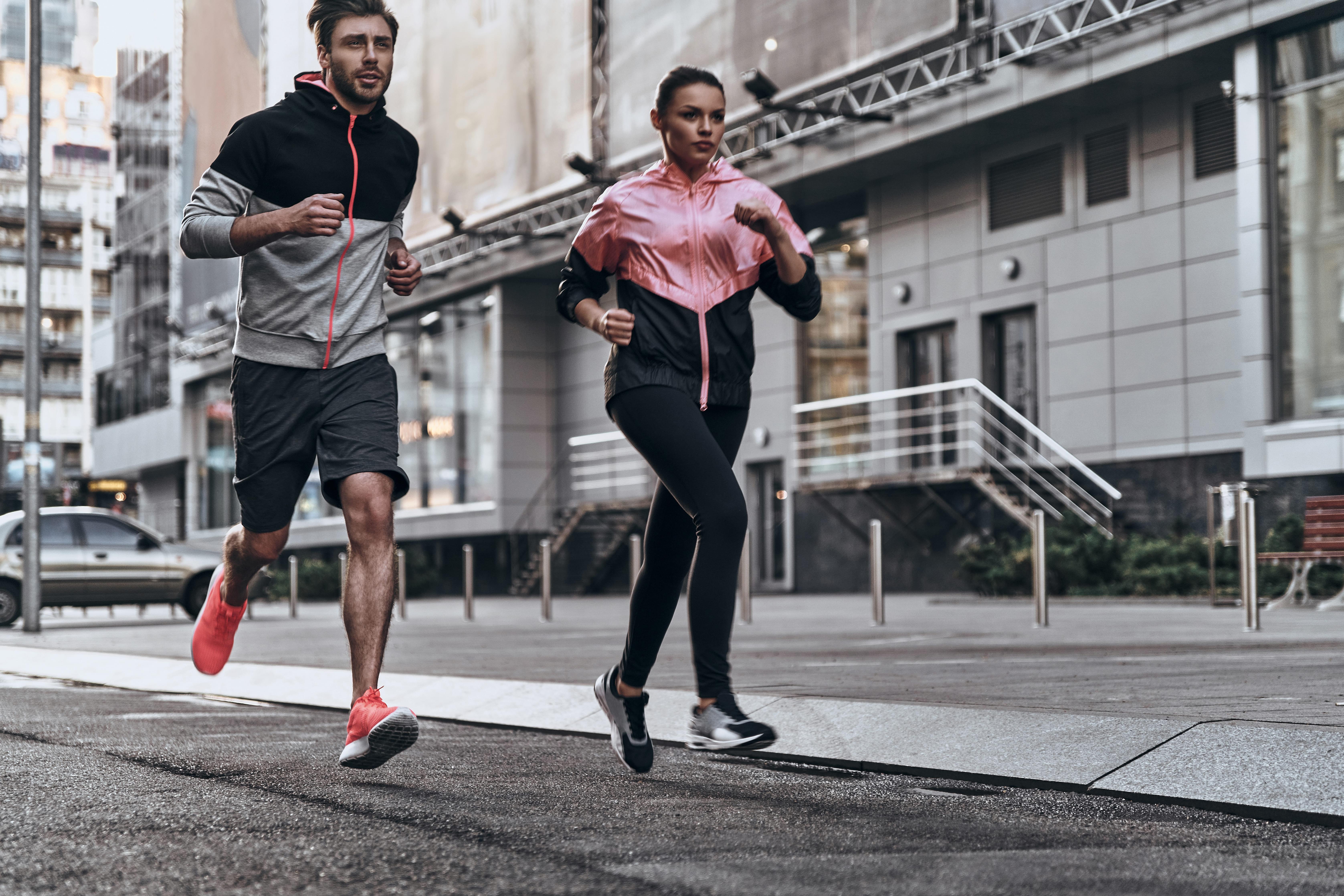 Imagem de duas pessoas correndo com roupas esportivas depois que um empreendedor buscou como abrir uma loja de confecção de roupas esportivas