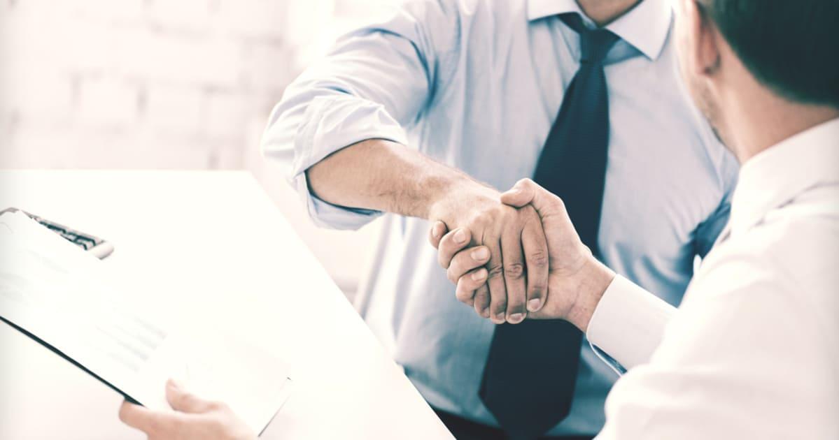 foto de duas pessoas se cumprimentando, representando os termos de vendas