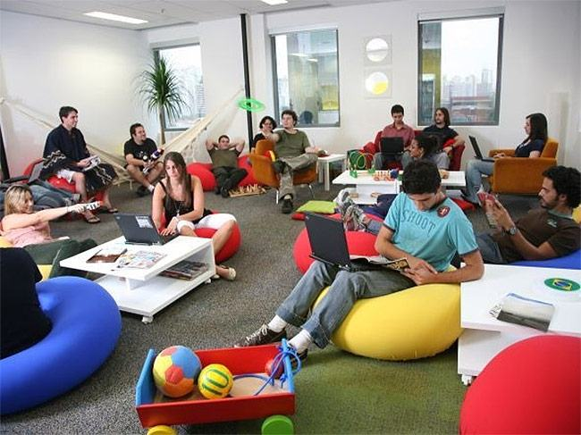 funcionários da empresa relaxando, representando o padrão google de trabalho