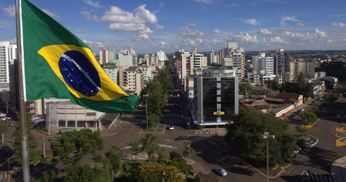 foto de bandeira do brasil e cidade ao fundo, representando a contabilidade em erechim
