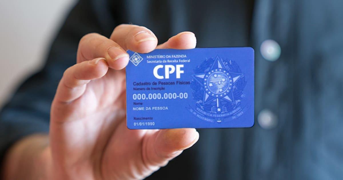 foto de uma pessoa segurando um cartão, representando a regularização de CPF irregular