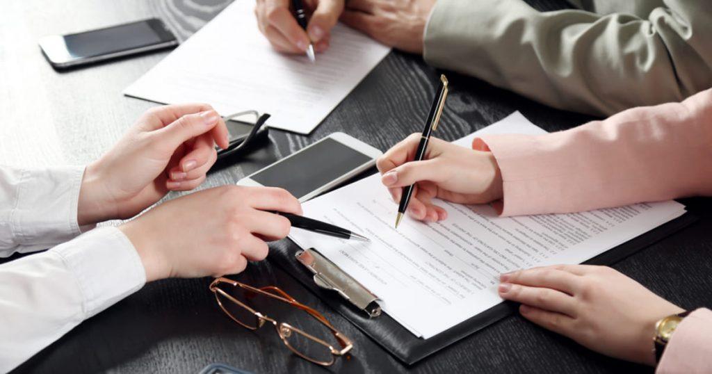foto de pessoas analisando documentos, representando os documentos para contador