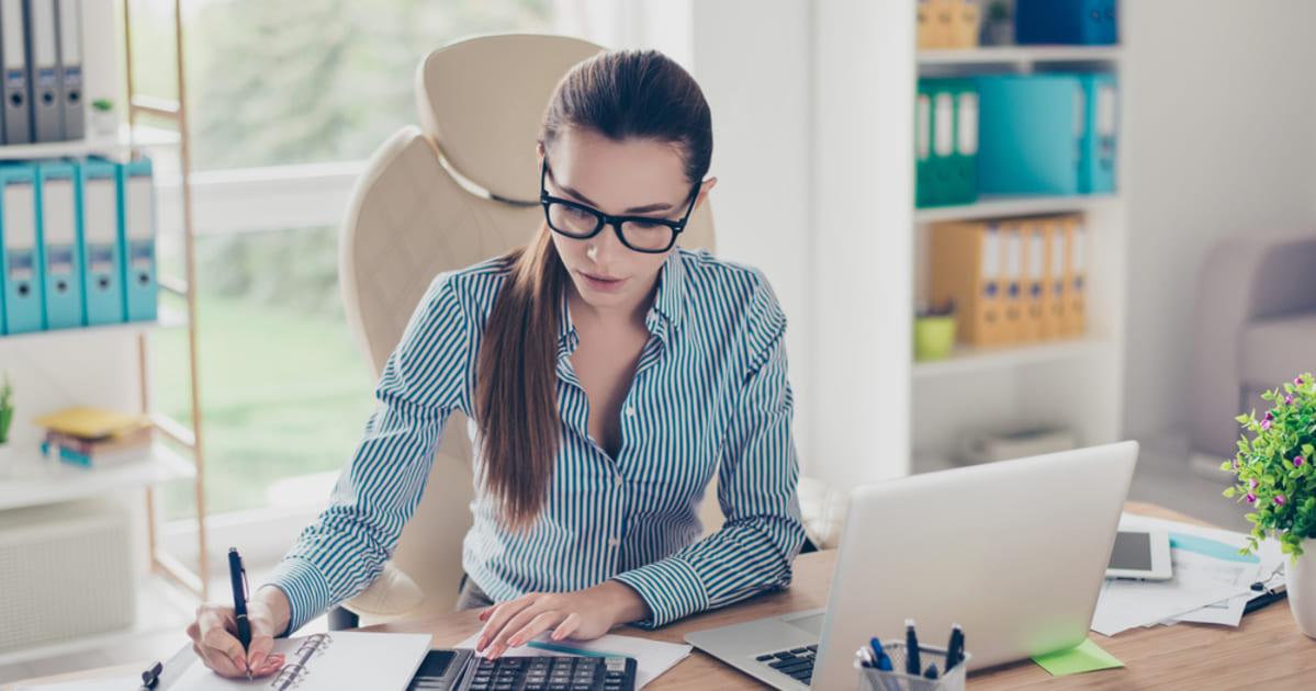 Foto de uma mulher fazendo contas, representando como empreender em contagem