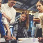 foto de pessoas em reunião analisando papeis, representando como empreender em castanhal
