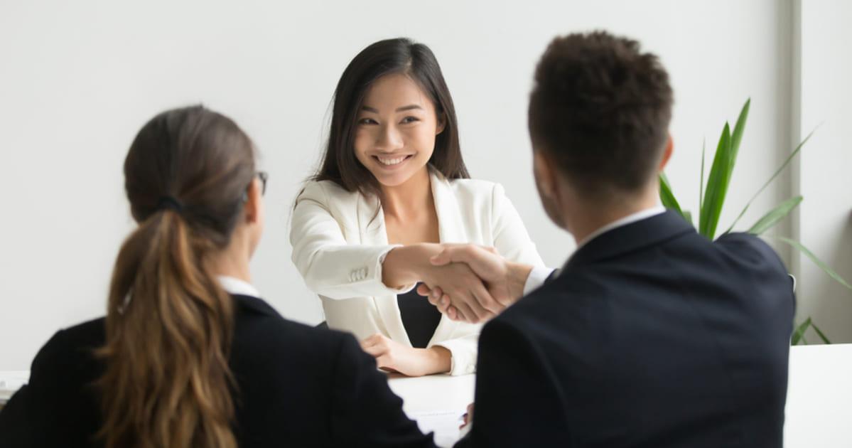 foto de pessoas dando as mãos e uma mulher sorrindo, representando como empreender em São Luís