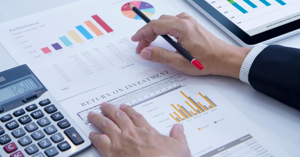foto de alguns dados em papel, representando os indicadores de negócios
