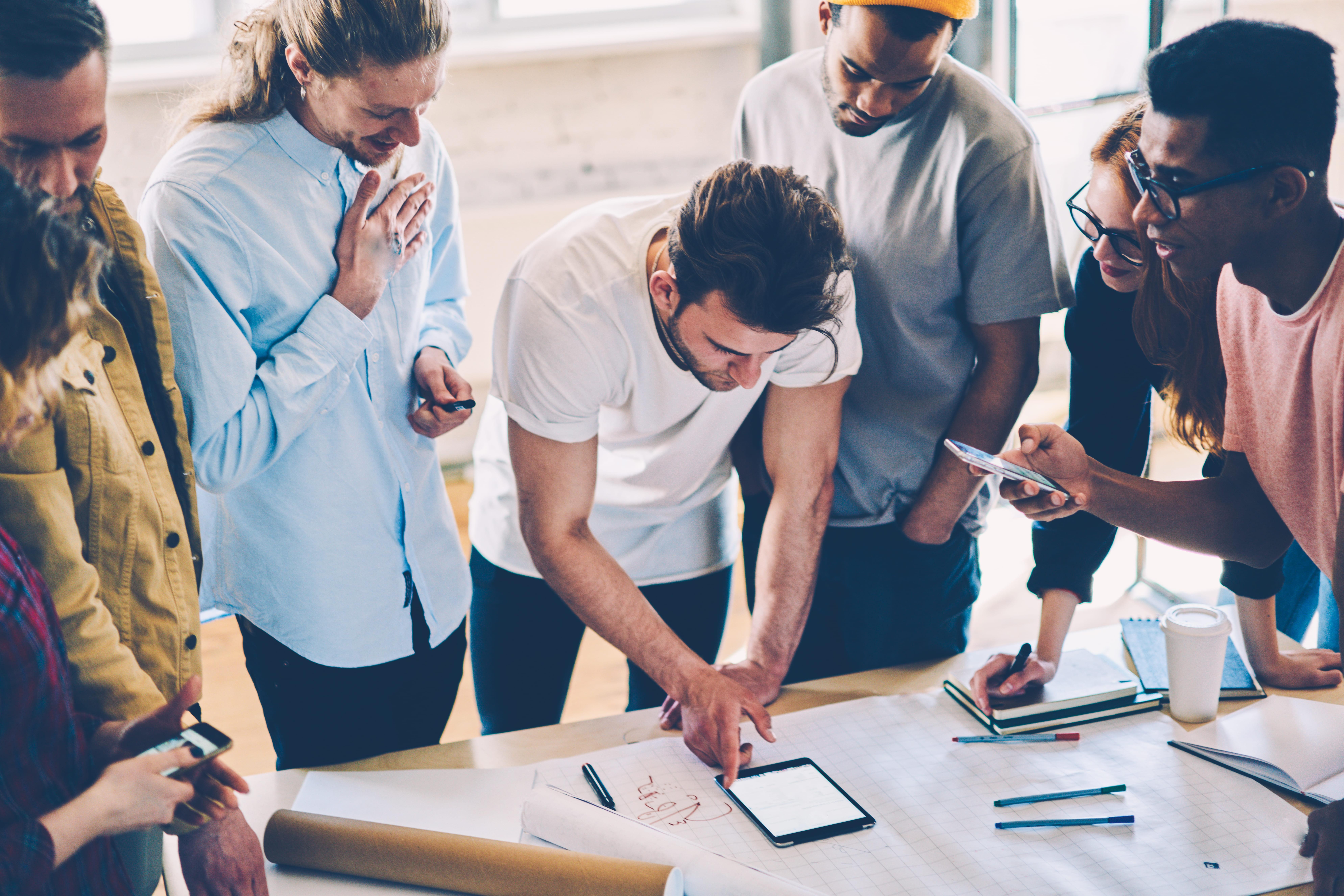 Imagem de uma equipe analisando como podem entrar no programa centelha