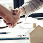 Imagem de duas pessoas negociando os valores do contrato de aluguel!