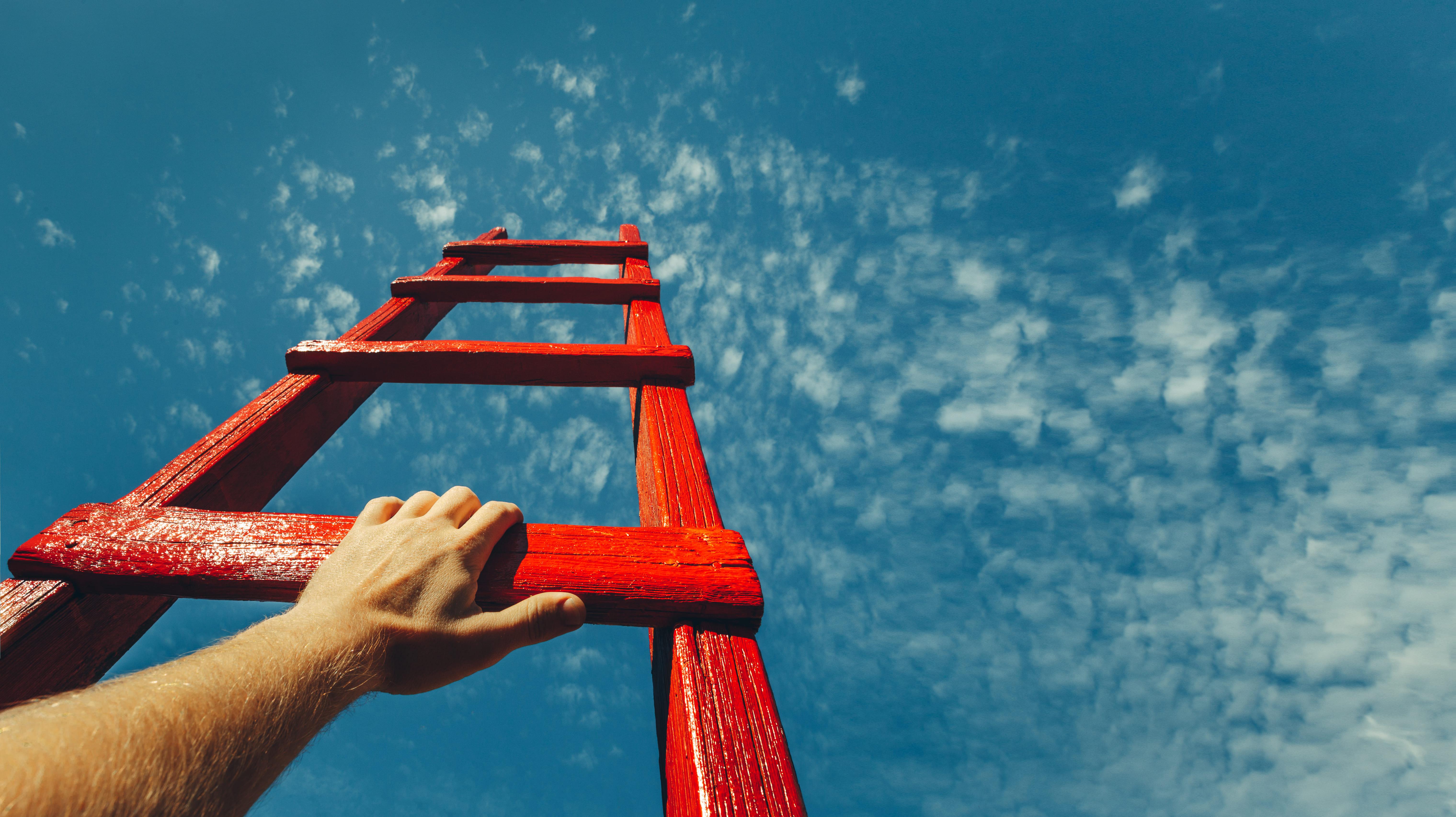 Imagem de uma escada apontando o céu para remeter ao colaborador que deseja recuperar a sua motivação e ir mais longe