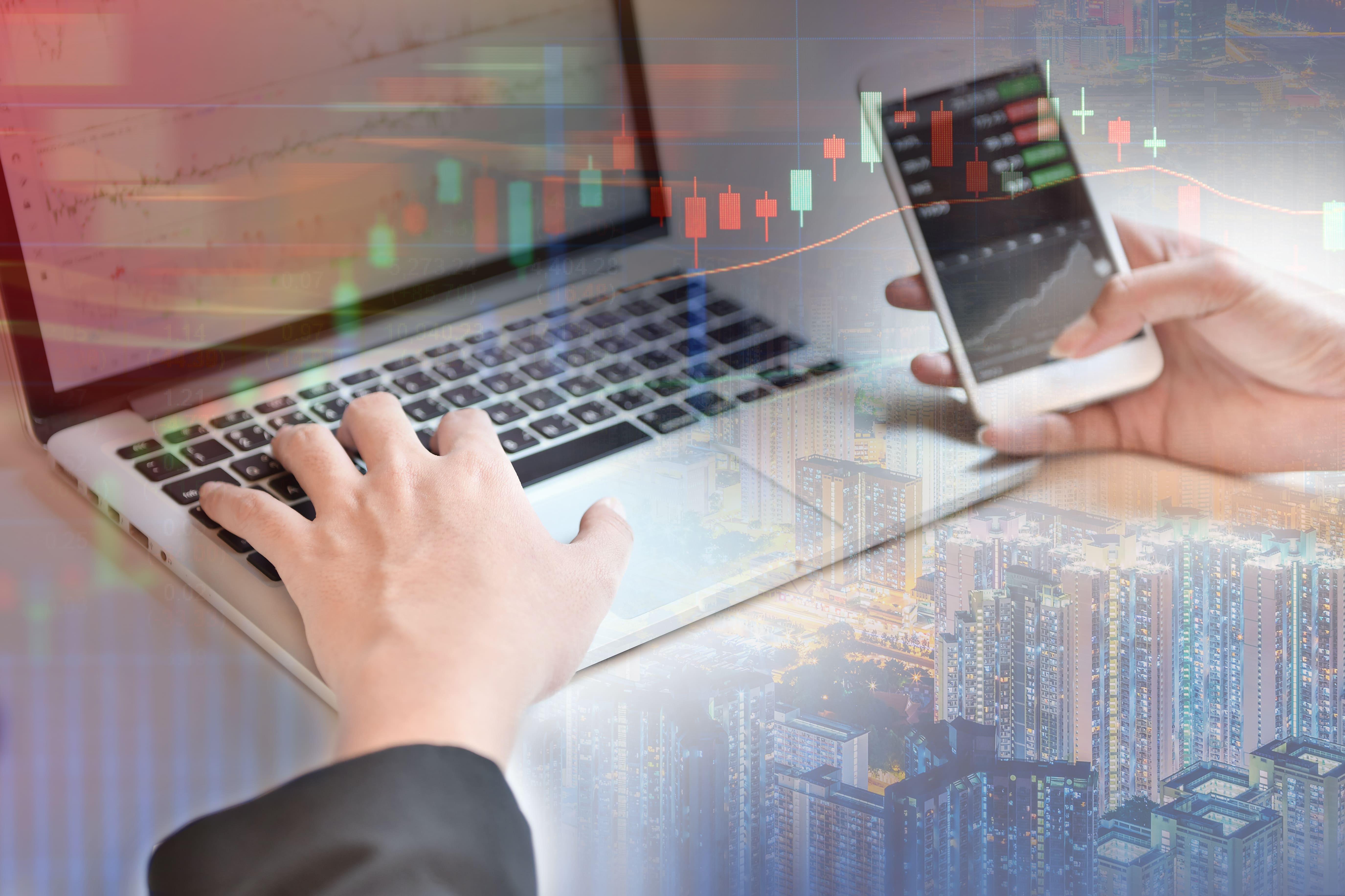Imagem de um computador onde o investidor consegue acompanhar as ações da bolsa de valores