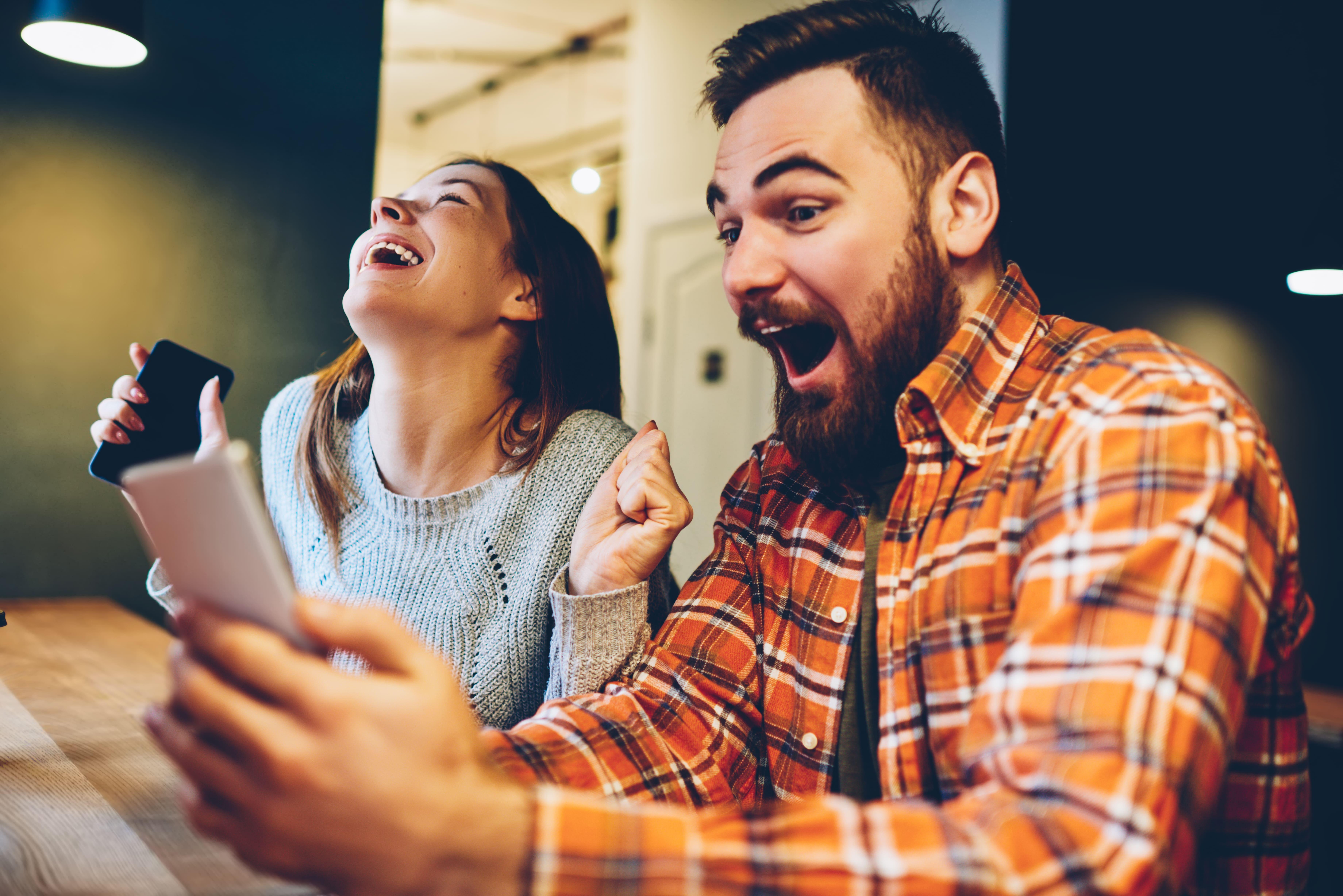 Imagem de um casal comemorando pois vão abrir uma casa lotérica