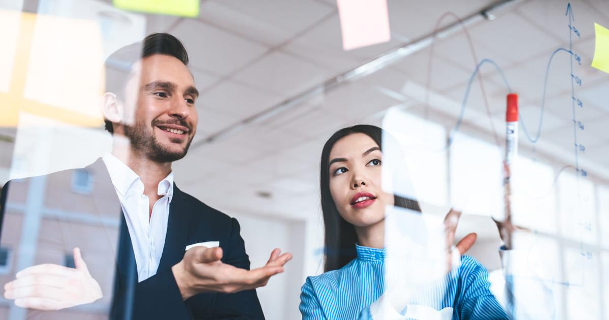 Imagem de dois empreendedores simulando o aumento do índice de confiança dos empresários que subiu no mês de agosto