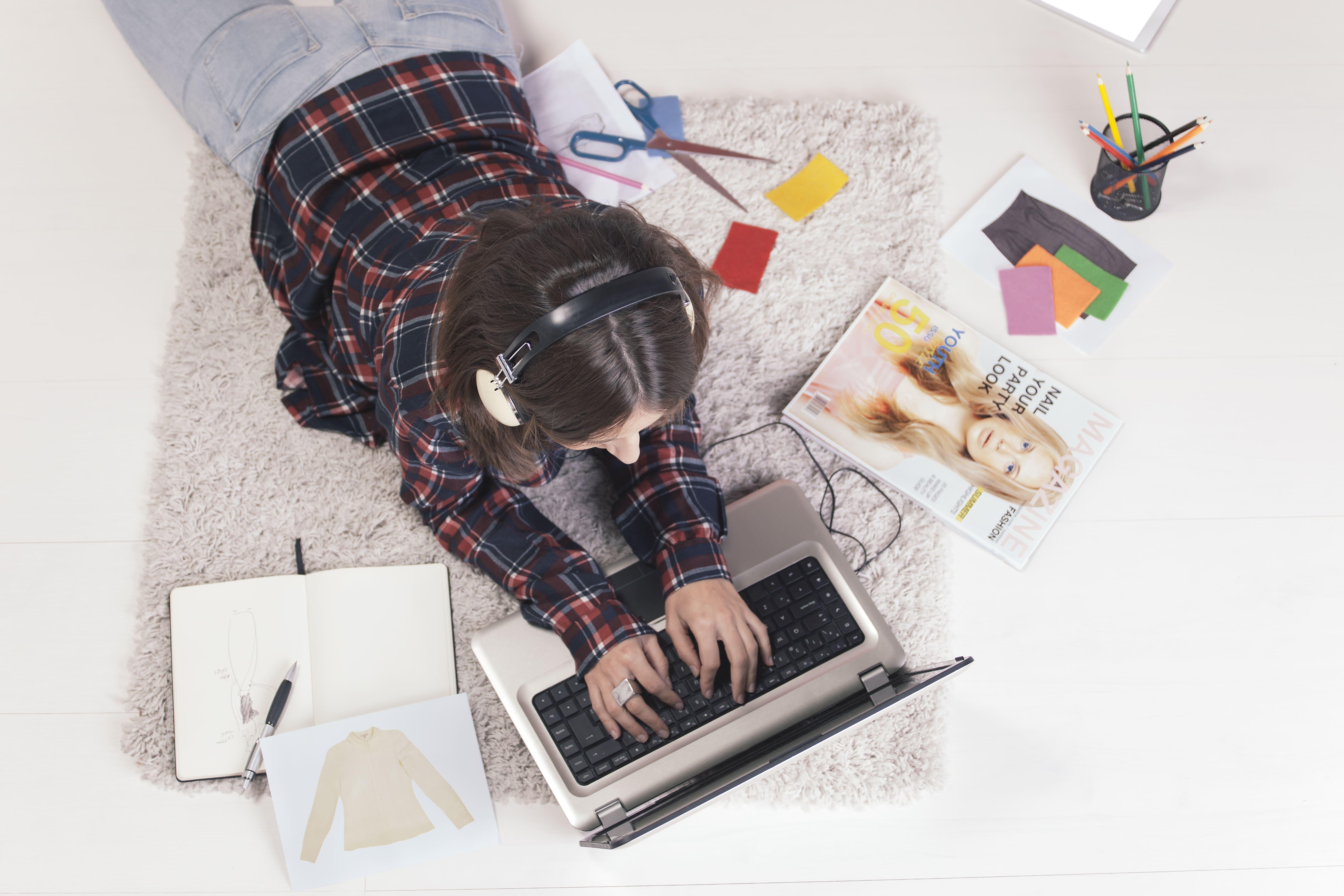 Imagem de uma profissonal pesquisando referências na internet para montar um serviço de personal stylist