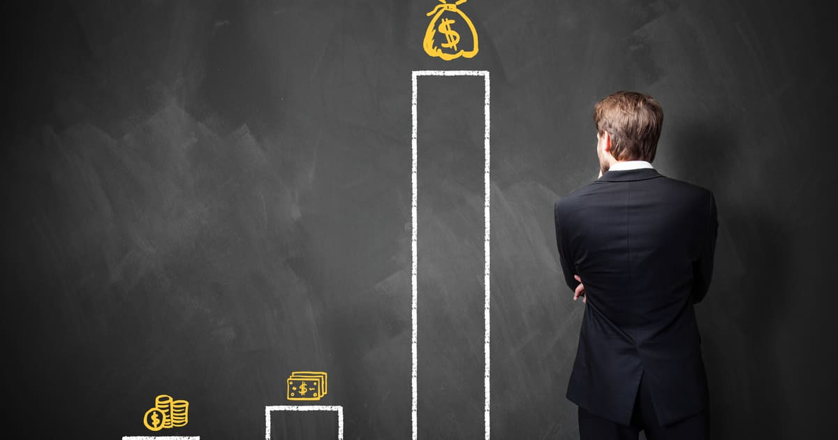 Imagem de um empreendedor analisando os valores de remuneração para a Industria 4.0
