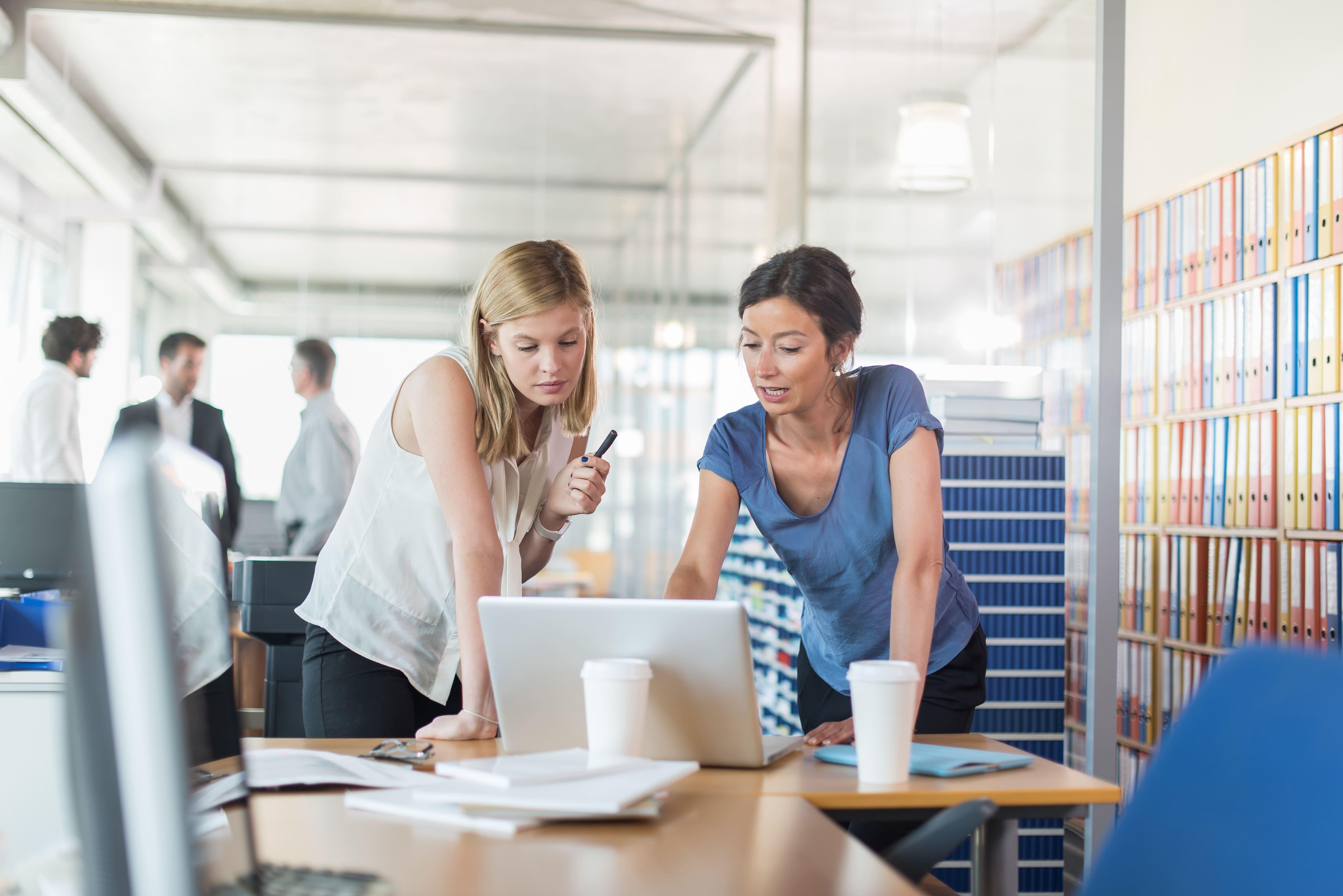 Imagem de duas mulheres pesquisando formas de empreender em Santa Bárbara do Sul
