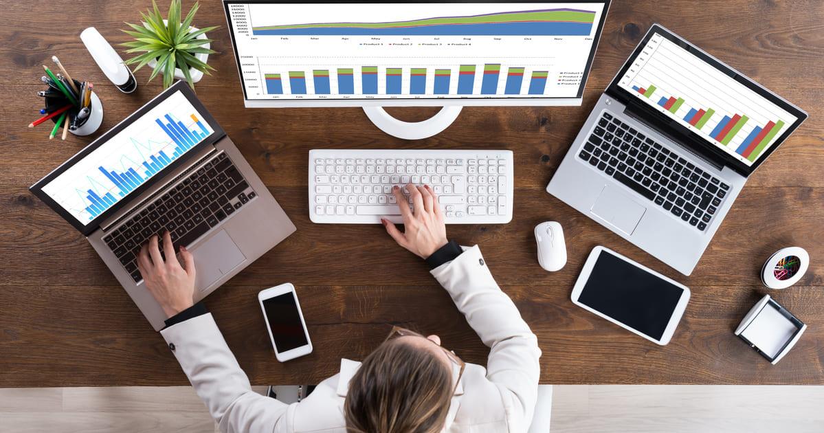 Imagem de um empreendedor mexendo em 3 computadores para simular o empreendedorismo digital