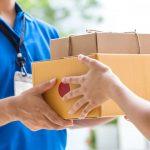 Imagem de um entregador dos Correios entregando um objeto ao destinatário para remeter a taxa por encomendas internacionais