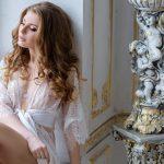 Imagem de uma mulher posando com uma roupa íntima para remeter ao empreendedor que deseja abrir uma loja de moda íntima