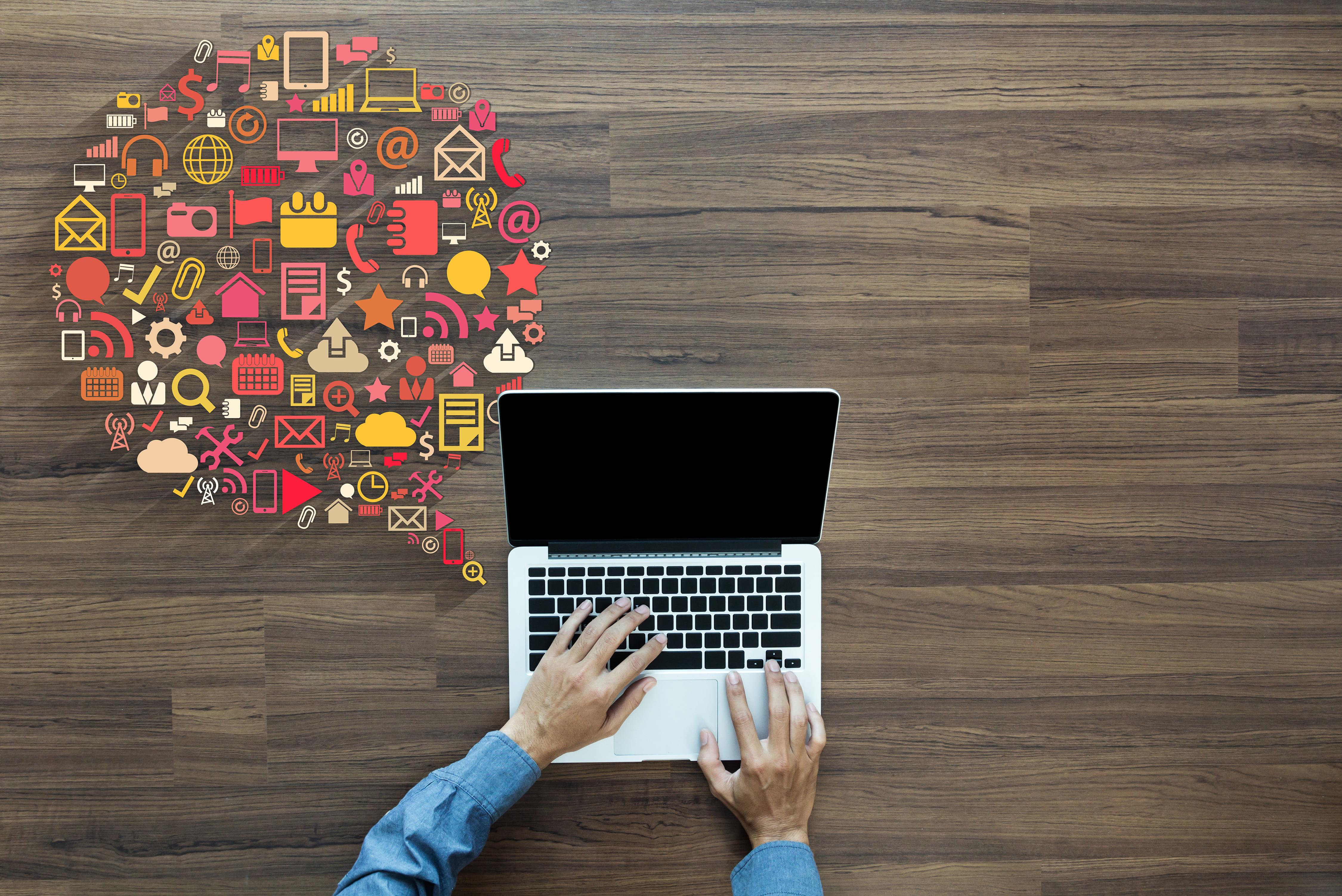 Imagem de uma pessoa lendo como ela pode aplicar o Marketing Compartilhado para contabilidade