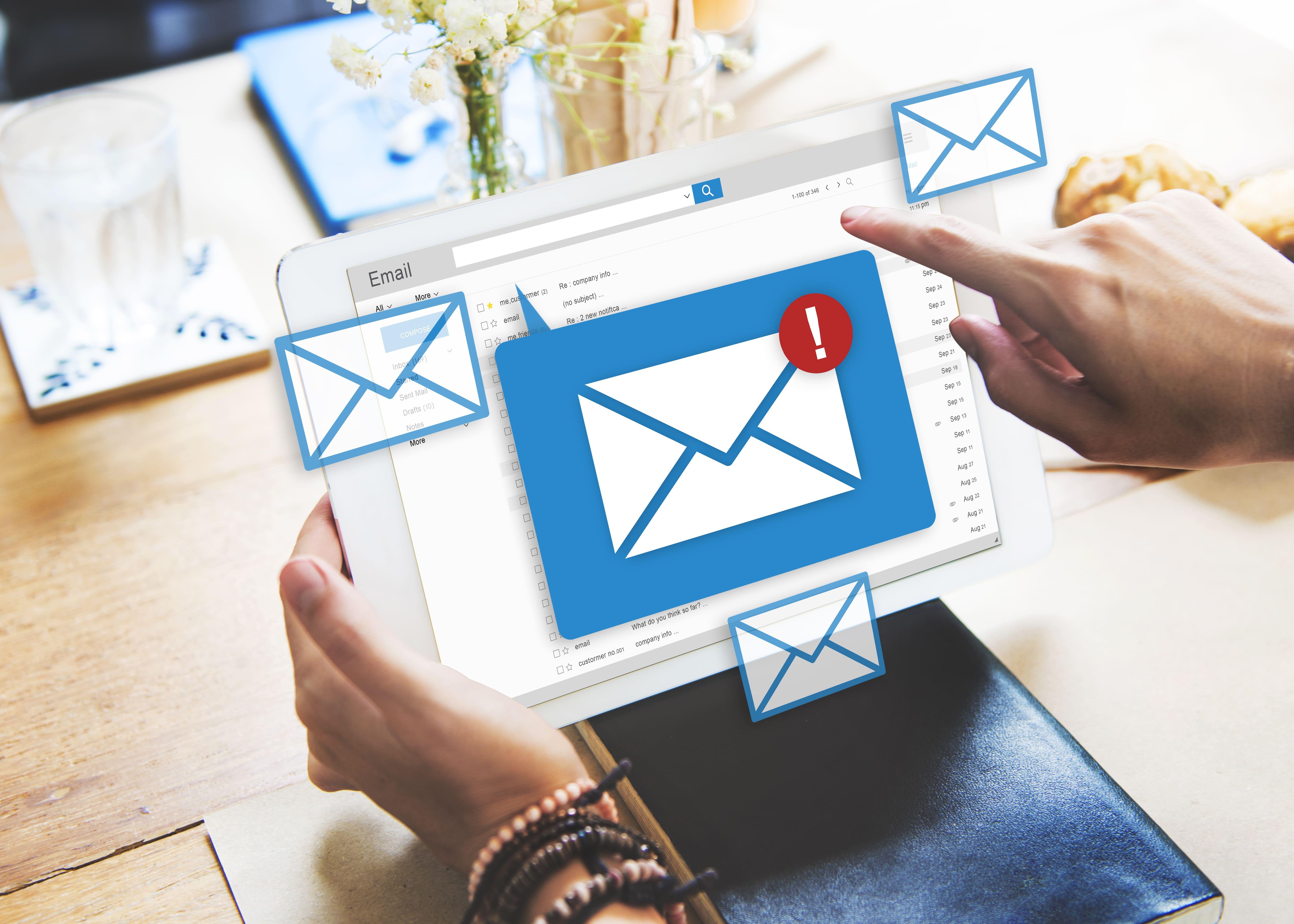 Imagem de um computador com uma tela de alerta de email para remeter ao email marketing para a sua empresa