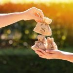 Imagem de um pacote de dinheiro para remeter a mudança de comportamento