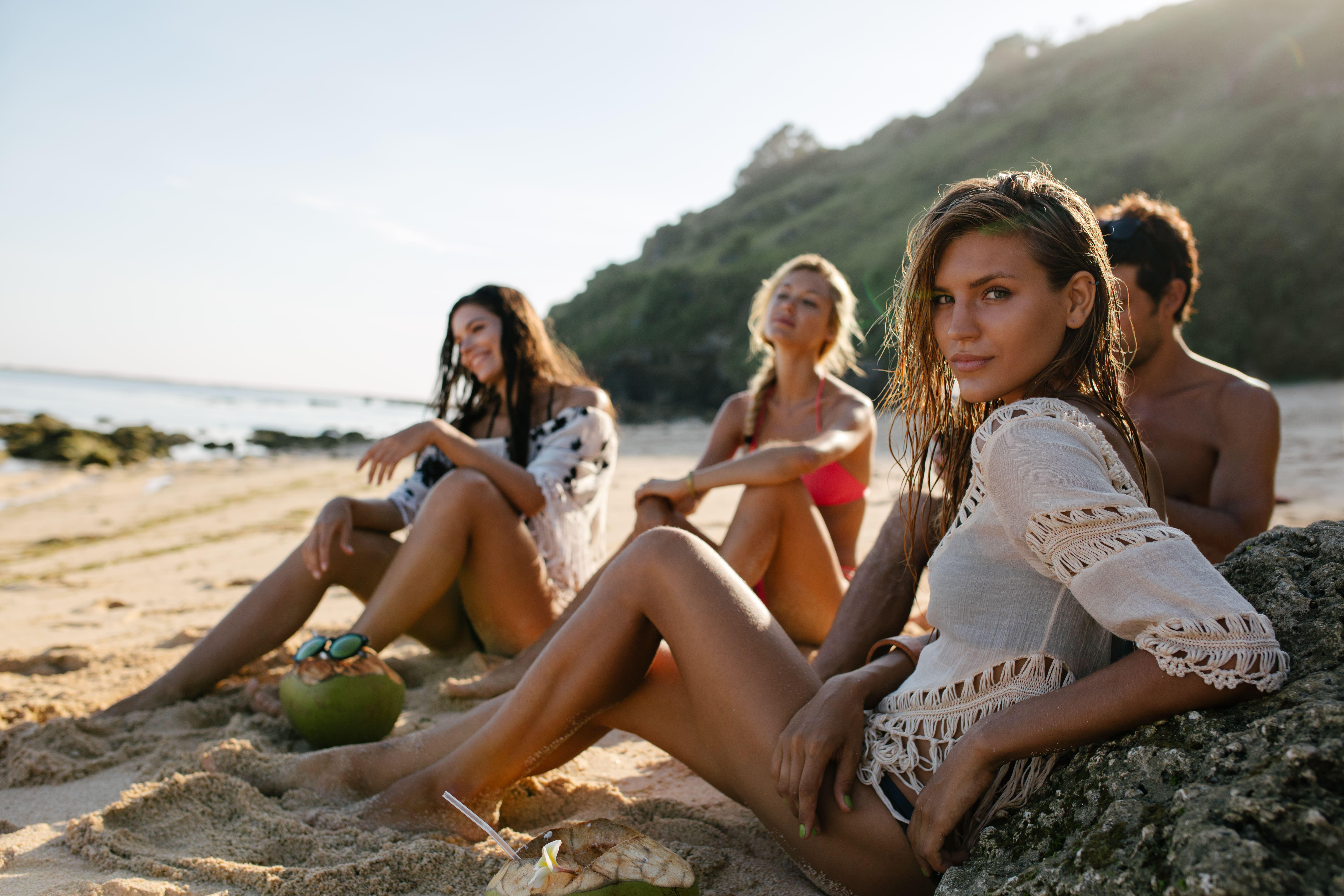 Imagem de modelos estrelando uma campanha publicitária para divulgar os produtos de um empreendedor que resolveu abrir uma loja de confecção de moda praia