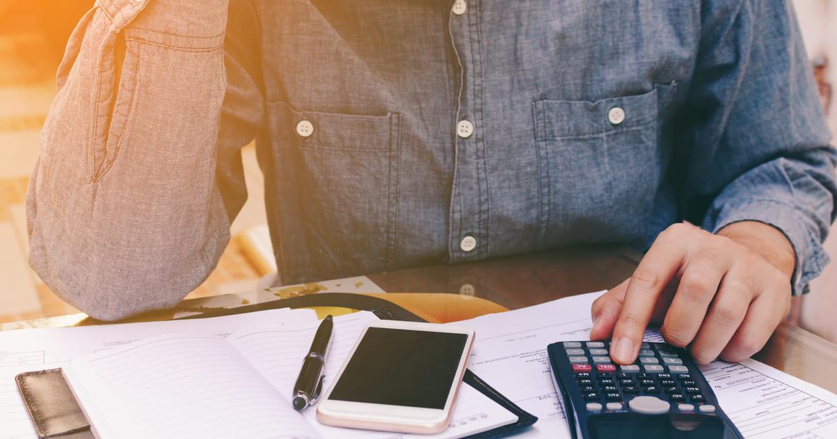 homem calculando como calcular e declarar INSS patronal para MEI