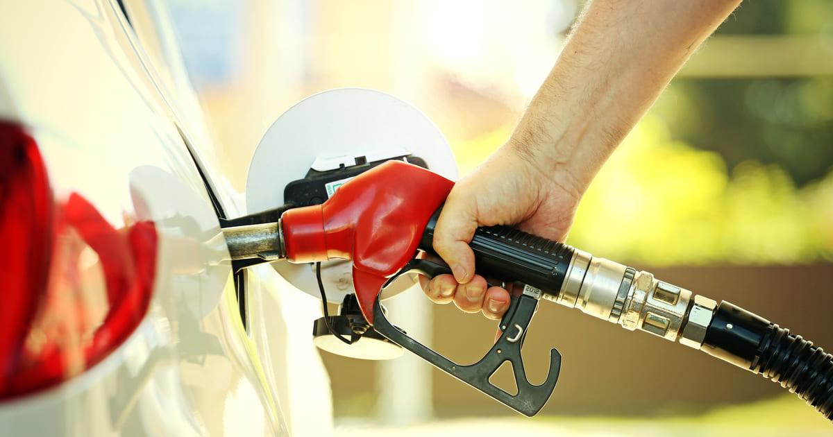 Imagem de uma pessoa abastecendo um carro para remeter quem deseja abrir posto de combustível