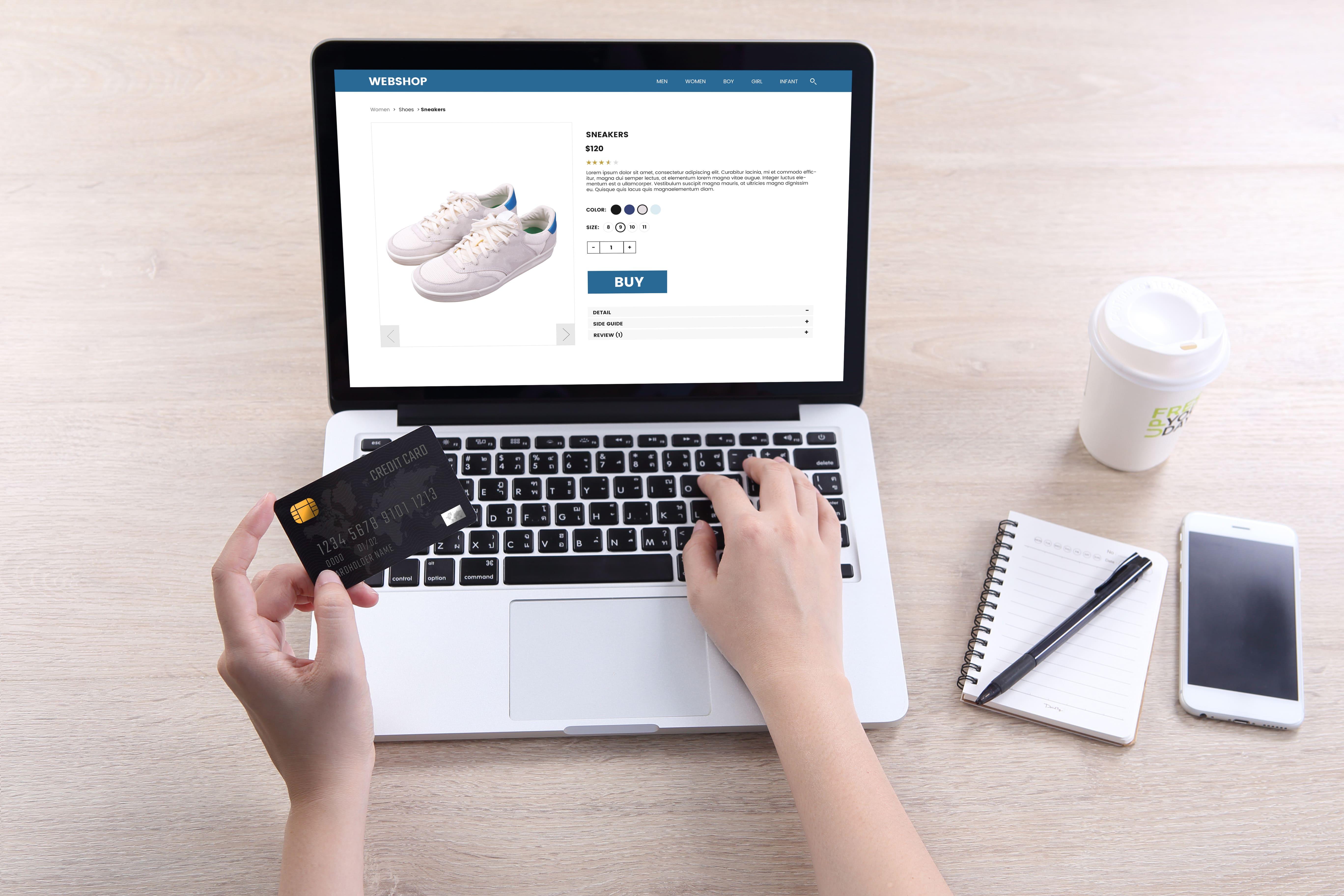 Imagem de uma pessoa comprando um produto pela loja virtual depois que um empreendedor decidiu iniciar no empreendedorismo digital