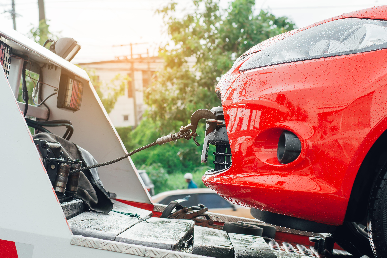 Imagem de um carro sendo guinchado para remeter ao empreendedor que deseja montar um serviço de guincho