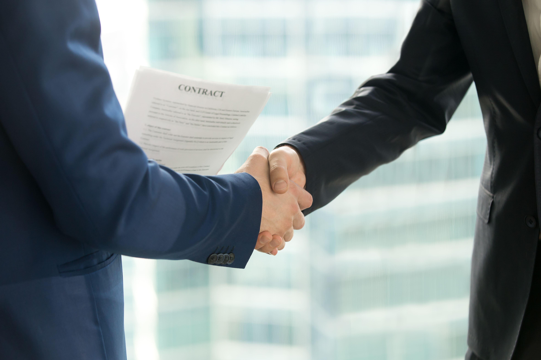 Imagem de duas pessoas fechando um contrato de microcrédito