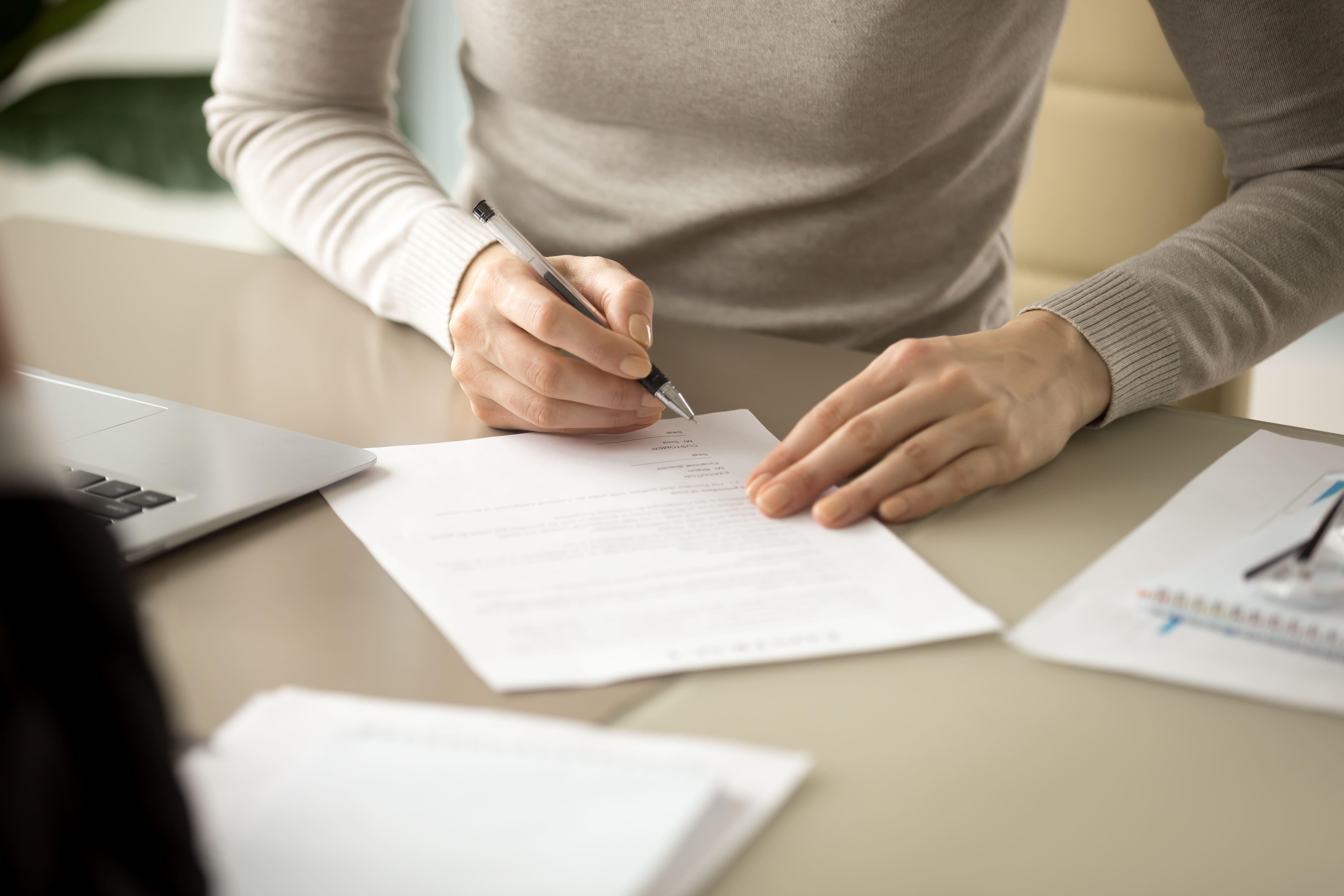 Imagem de um empreendedor assinando um distrato depois que ele decidiu encerrar uma empresa