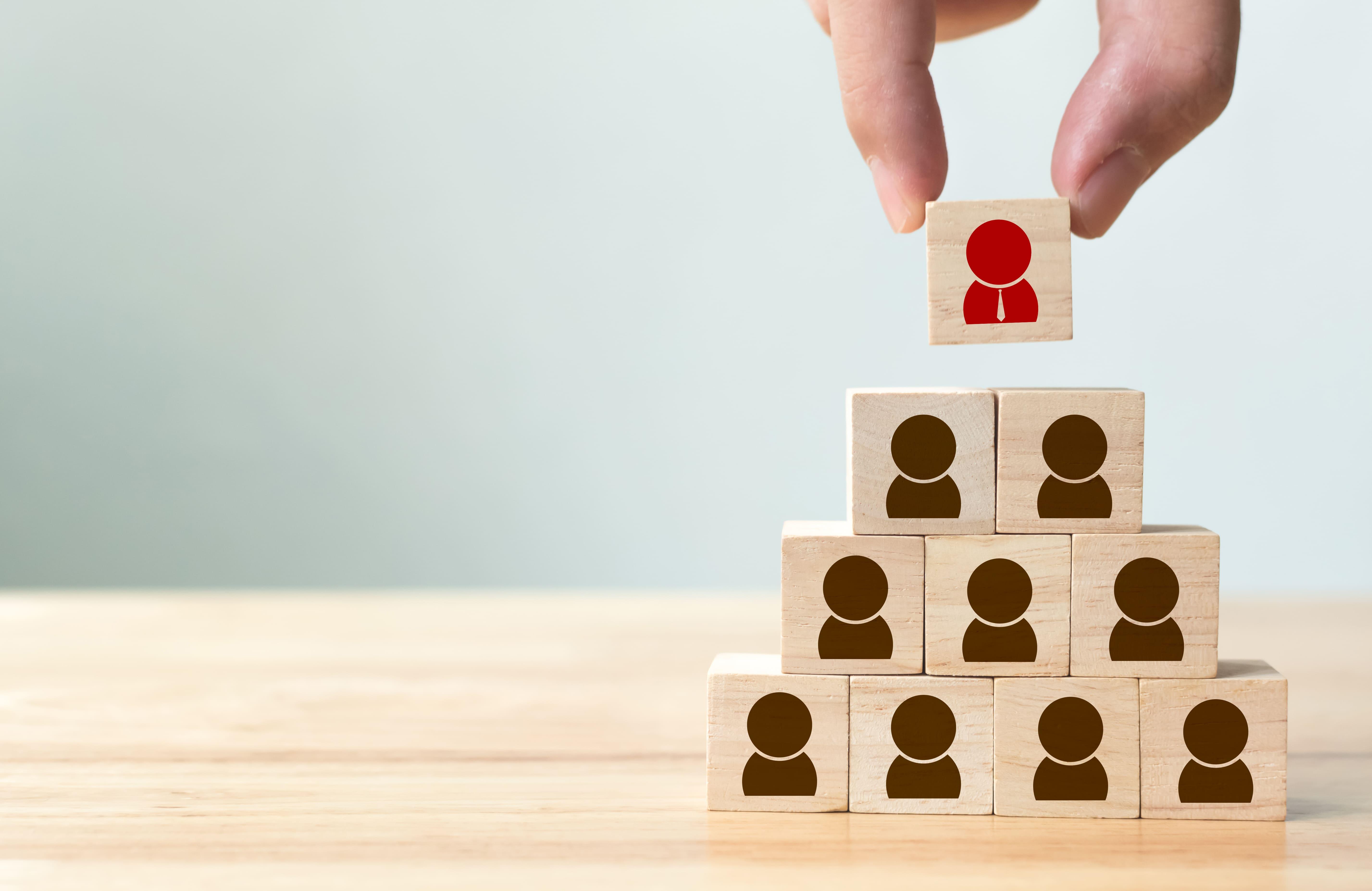 Imagem de alguns blocos imitando líder e gestor para remeter ao empreendedor que deseja implementar a gestão horizontal e vertical