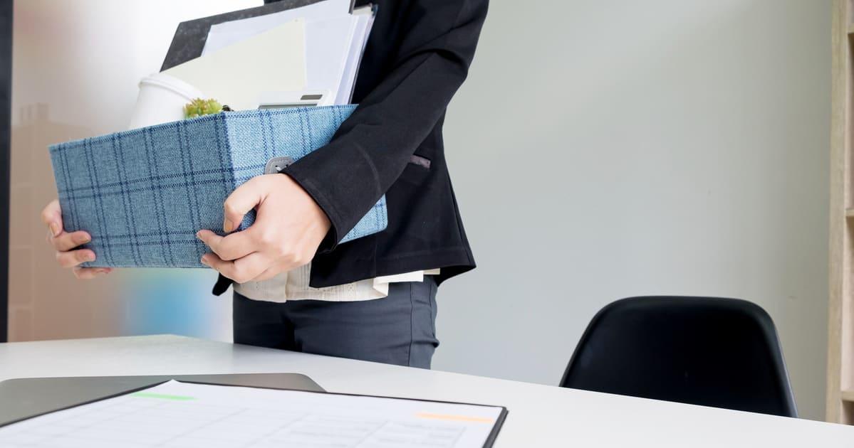Imagem de um homem recolhendo suas coisas pois teve que encerrar uma empresa