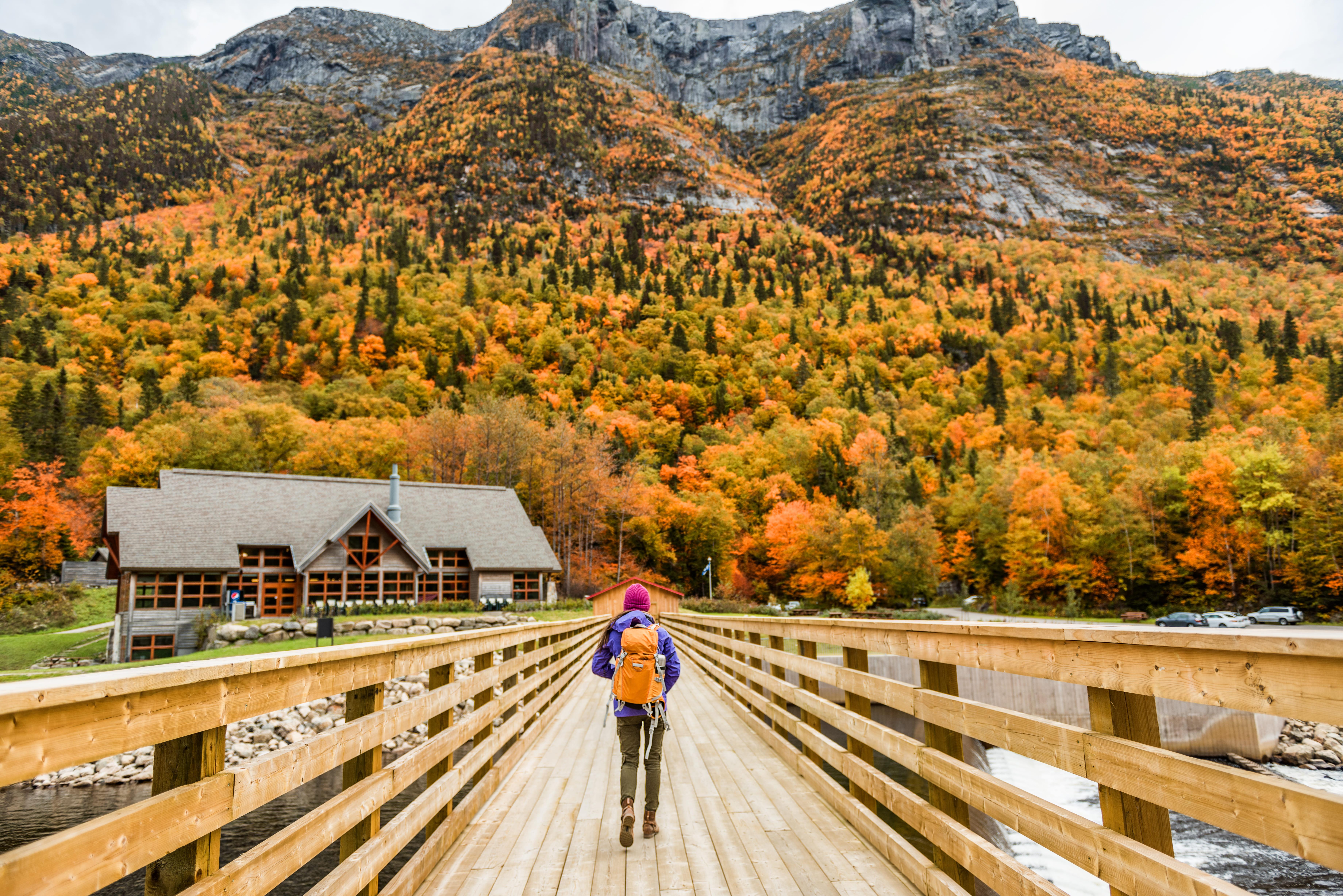 Imagem de um turista passeando em campos montanhosos depois que um empreendedor decidiu montar um serviço de turismo ecológico