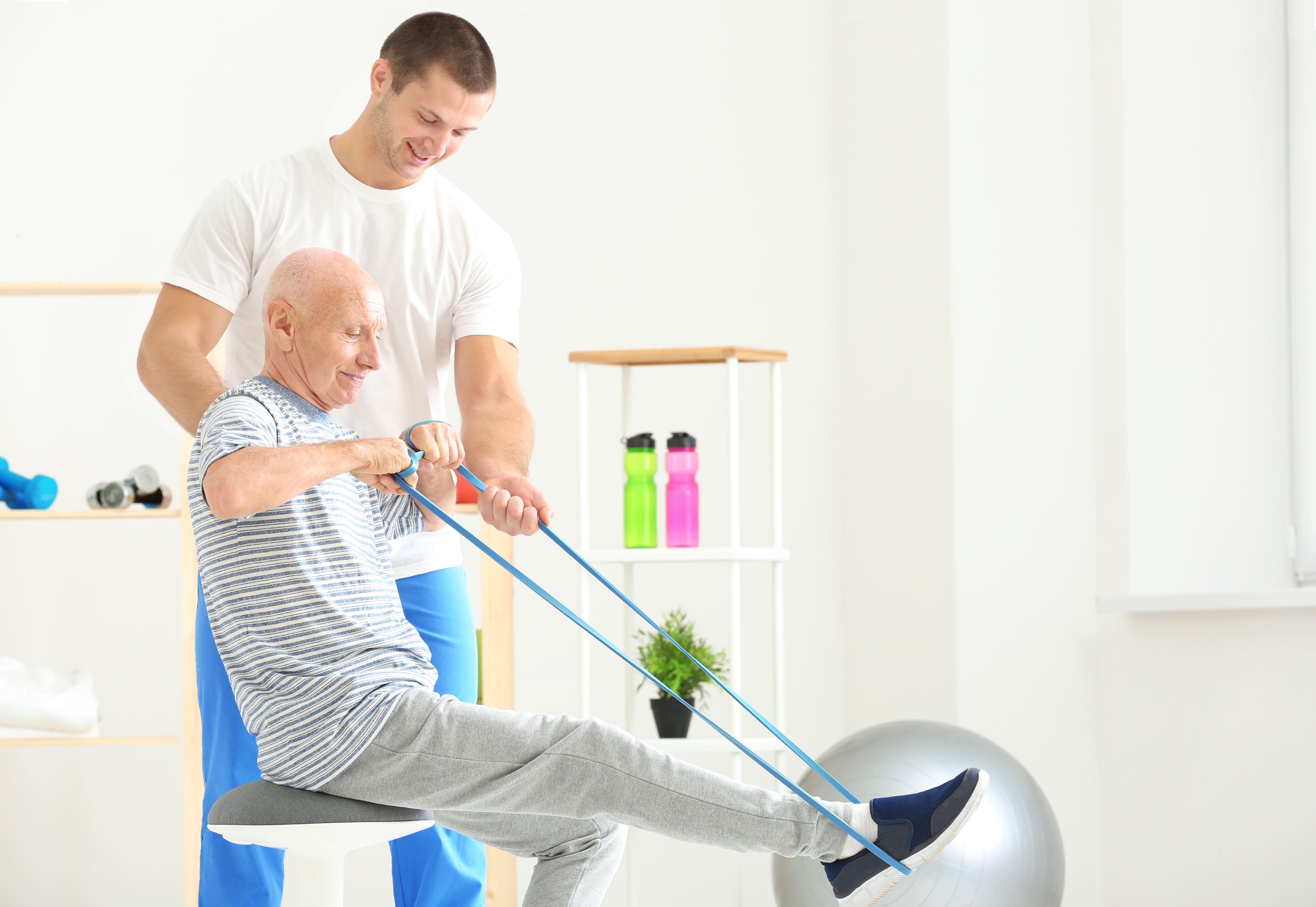 Imagem de um profissional exercendo a profissão depois que ele desejou abrir uma clínica de fisioterapia