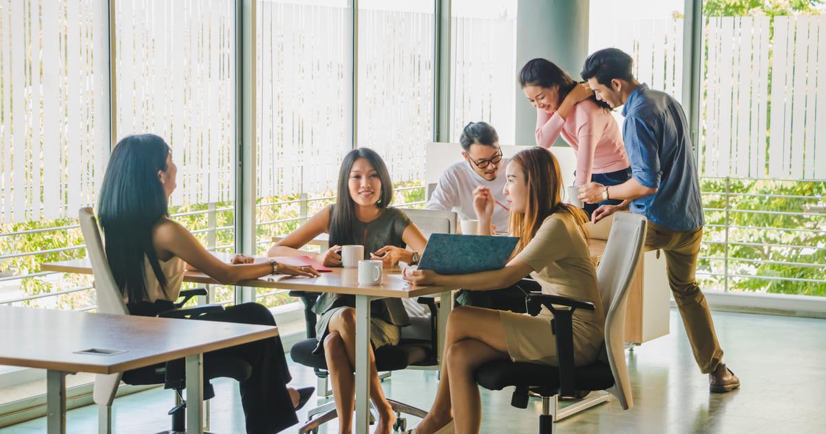 Imagem de vários empreendedores sentado a mesa e discutindo quais as franquias que custam até 50 mil eles podem investir