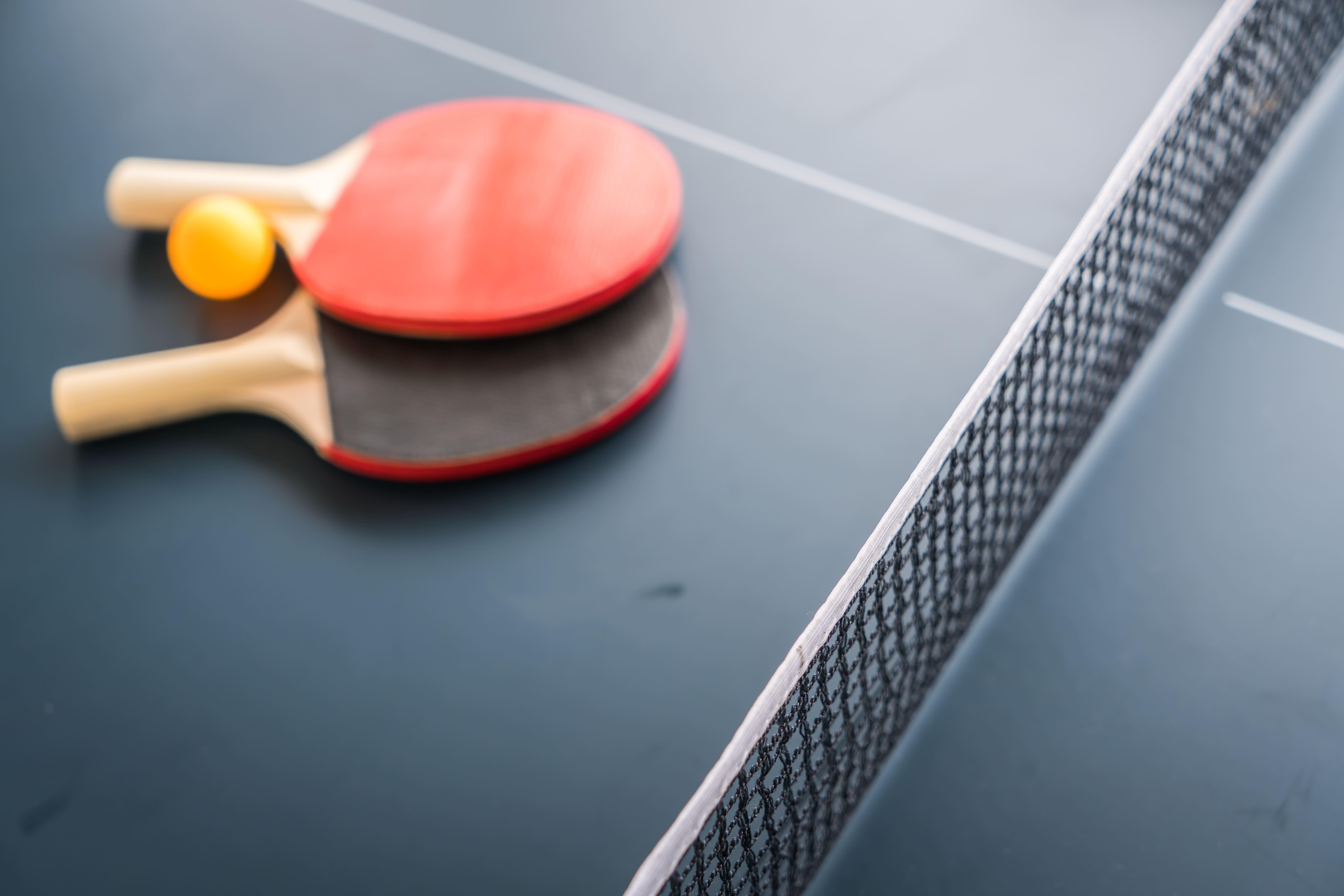 Imagem de uma mesa de ping-pong para remeter ao empreendedor que deseja implementar os ambientes descontraídos na empresa