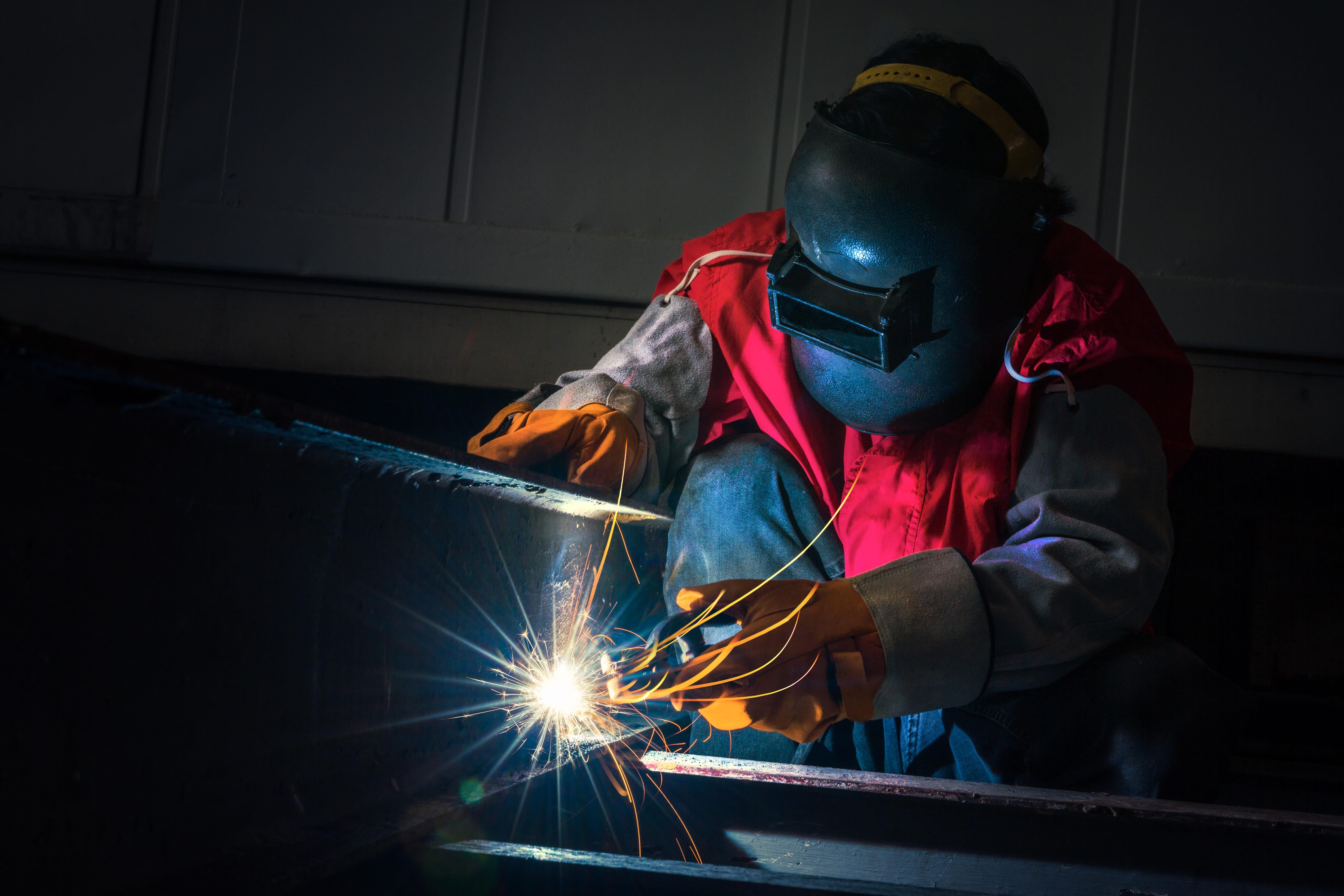 Imagem de um profissional trabalhando em um projeto depois que ele decidiu abrir uma serralheria